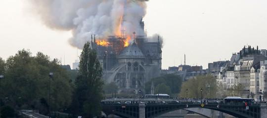 incendio notre dame parigi