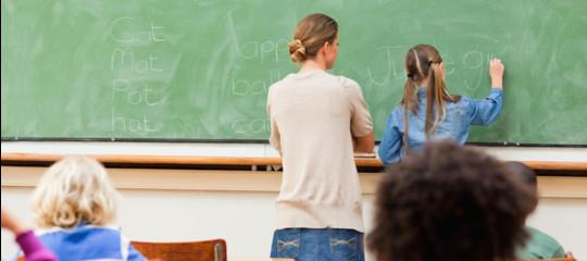 stipendi insegnanti mille euro in meno