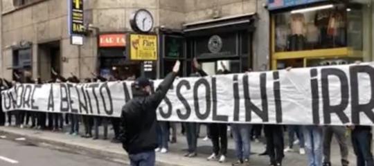 salvini striscione lazio mussolini piazza loreto