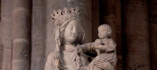 notre dame incendio statua madonna