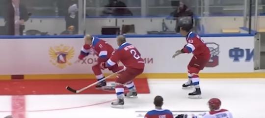putin hockey caduta video