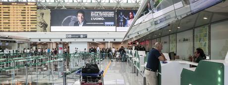 I banchi del check-in di Alitalia a Fiumicino durante uno scipero