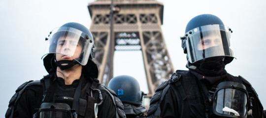 Uomo scala Tour Eiffel evacuata