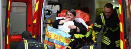I soccorsi dopo l'esplosione a Lione