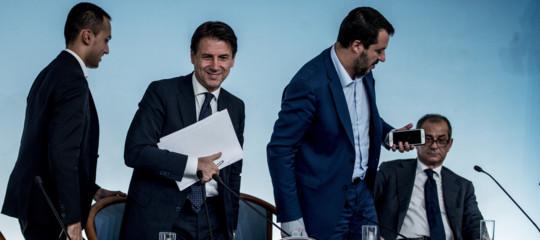 """Salvini e Di Maio si stringono la mano. """"Andiamo avanti e abbassiamo le tasse"""""""