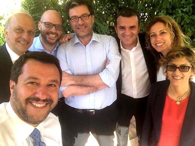 Salvini posta una foto con i ministri della Lega |   Avanti con la ruspa