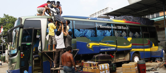 passeggero strappa volante autista bus
