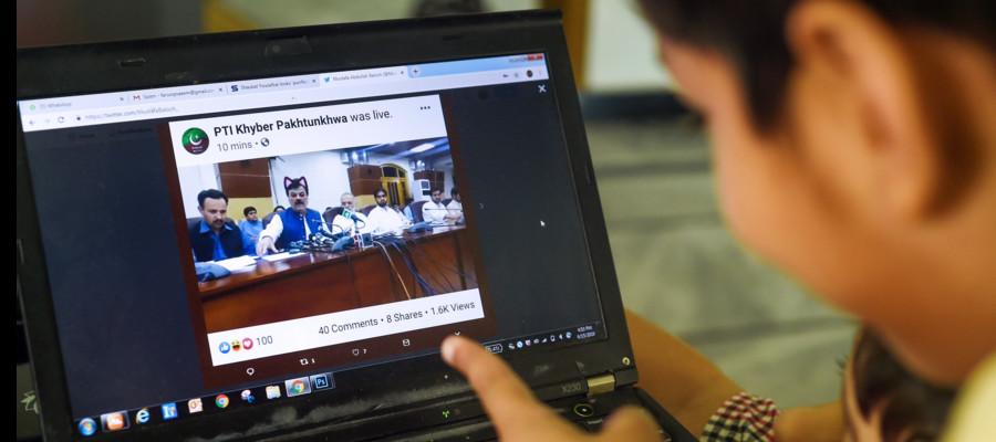 In Pakistan un politico ha fatto una diretta streaming con il filtro da gatto