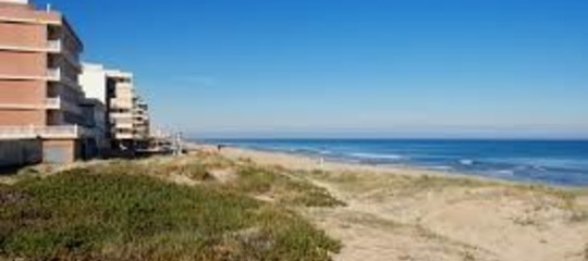 Spagna: violenza sessuale su spiaggia nudista, 5 arresti