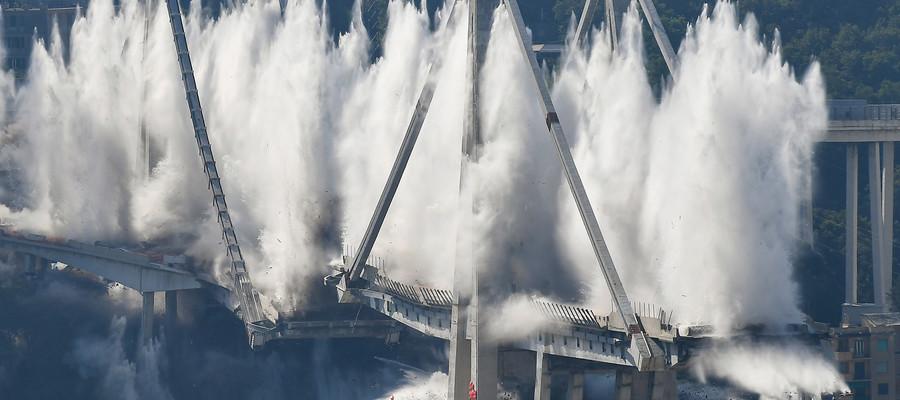 Il momento della demolizione del ponte Morandi di Genova