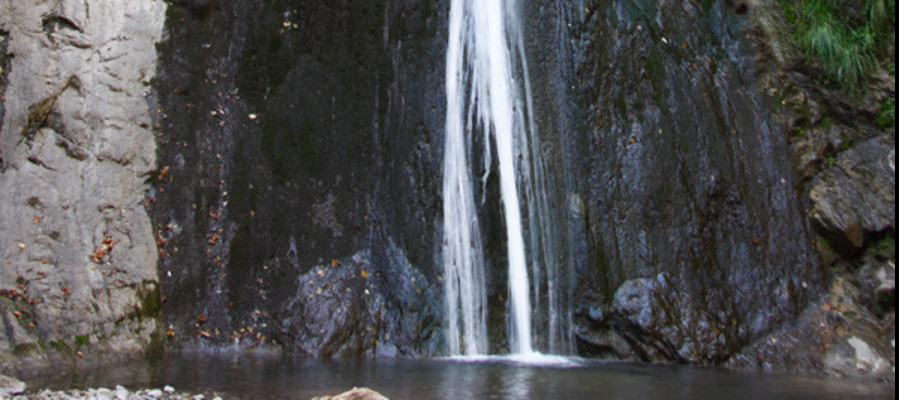 Mentre fa una foto scivola e cade nelle cascate di Cittiglio, morto23enne