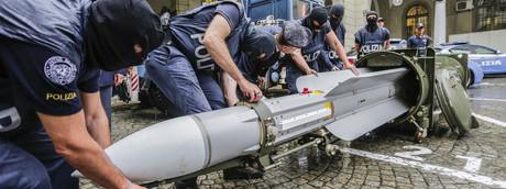 Le immagini del missile aria aria sequestrato ai neonazisti a Torino