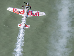 Adrenalina pura: le acrobazie di Dario Costa alla Red Bull Air Race