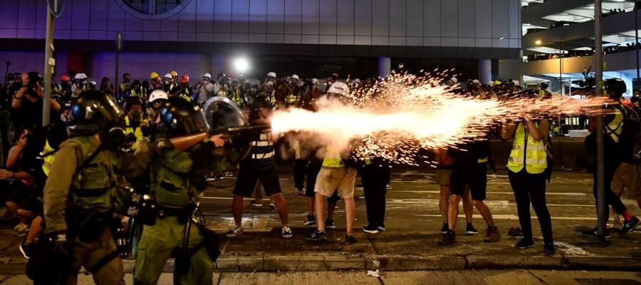 A Hong Kong i manifestanti anti-cinesi sono stati presi a bastonate