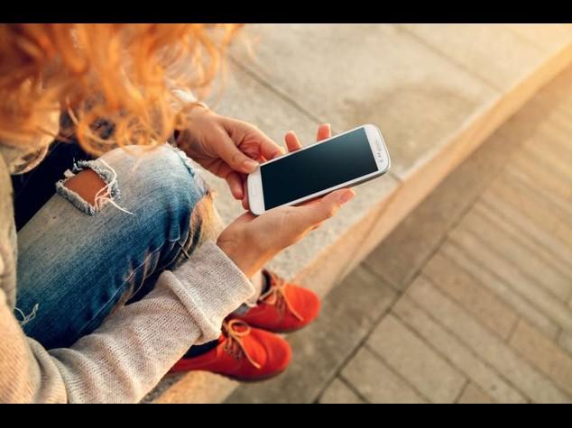 Il mito delle donne sempre a telefono e' falso