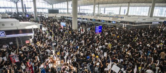 Hong Kong proteste aeroporto voli cancellati