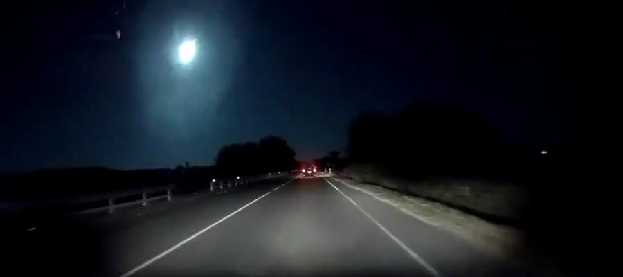 Il meteorite che ha lasciato una lunga scia luminosa avvistata in ...