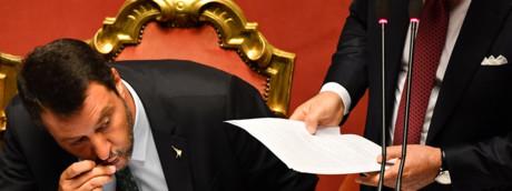 Matteo Salvini bacia il rosario durante il discorso del presidente del Consiglio Giuseppe Conte
