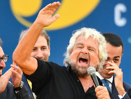 """Grillo 'eleva' Giuseppe Conte: """"Disgrazia scambiarlo con figurine"""""""