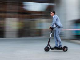 A Milano torneranno i monopattini elettrici, ma con queste regole