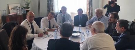 Il tavolo di lavoro di Macron con Zarif