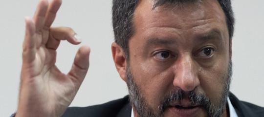 Salvini accordo migranti presa in giro calata di braghe