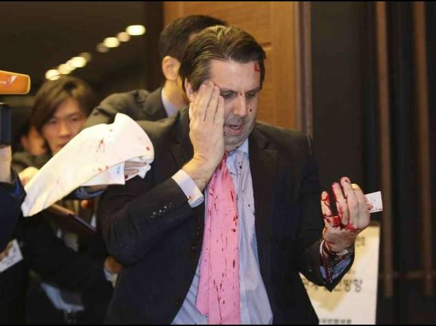 Corea del Sud: ferito con lametta ambasciatore Usa, non e' grave - Video