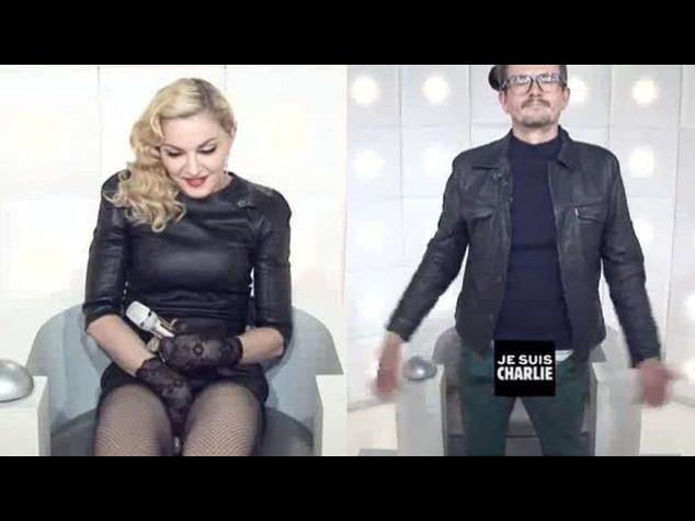 Madonna si masturba in tv davanti al vignettista Luz, e' scandalo - Video
