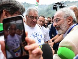 Gad Lerner e un videomakerdi Repubblica insultati e aggreditia Pontida