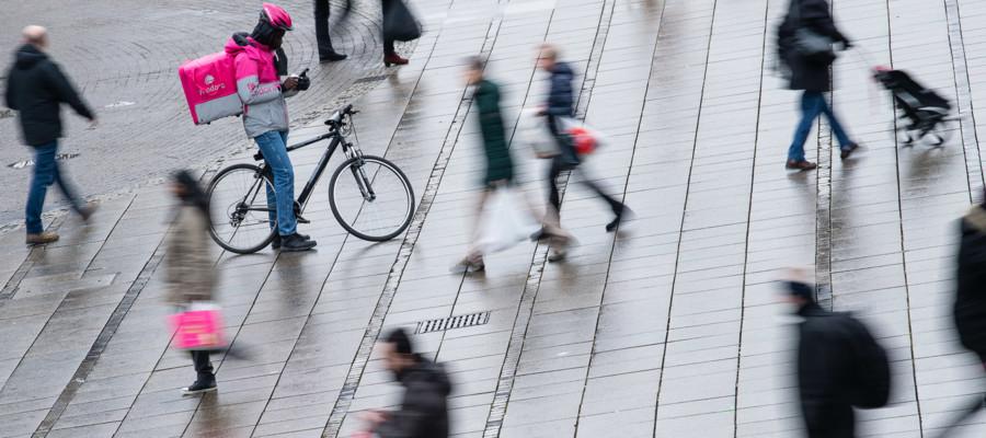 Chi sono veramente i fattorini che ci portano la pizza a casa in bicicletta?