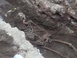 Lo scheletro trovato durante gli scavi alla Piramide Cestia di Roma