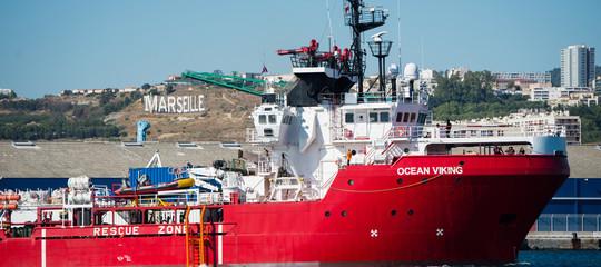 ocean viking sbarca a taranto migranti