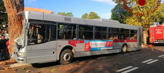 Bus contro albero Roma feriti