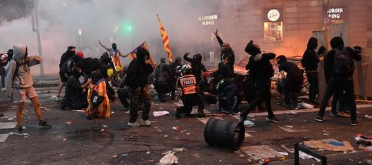 catalogna barcellona feriti scontri arresti