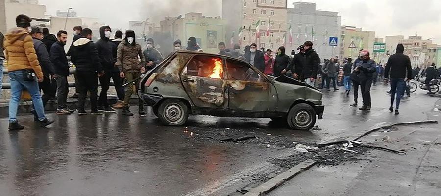 La polizia spara sulla folla, due morti in Iran