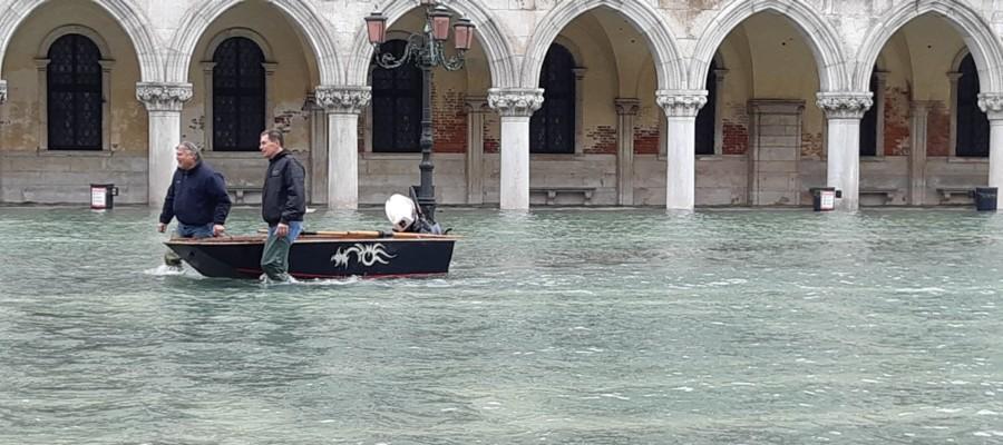 La marea si ritira da Piazza San Marco