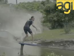 Il surfista tra le onde più pericolose dell'Amazzonia