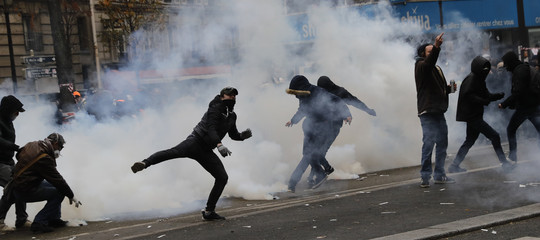 Francia scontri Parigi gas lacrimogeni