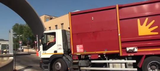morto investito camion spazzatura roma