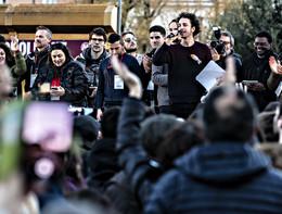 La piazza delle sardine a Roma canta 'Bella ciao'