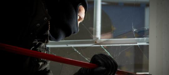 ladro in casa smartphone arrestato