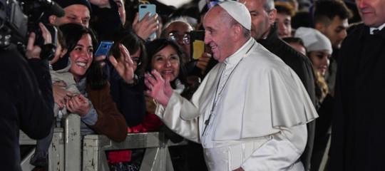 papa francesco strattona fedele