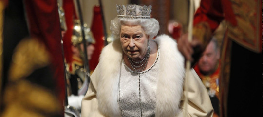 regina elisabetta harry meghan rinuncia
