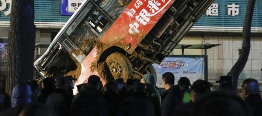 Cina strada crolla frana voragine autobus morti