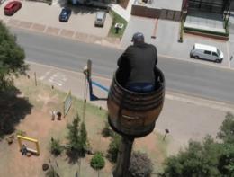 L'uomo che vive in una botte per battere un record mondiale