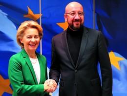 Von der Leyen e Michel firmano l'accordo per la Brexit