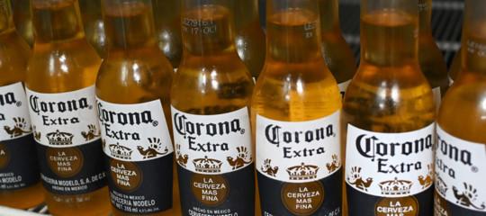 Un numero sempre maggiore di persone associa il virus cinese alla birra Corona