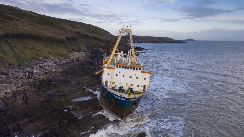 La nave fantasma arroccata sugli scogli irlandesi