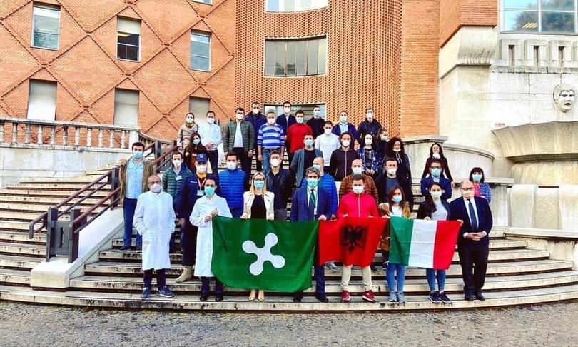 Medici albanesi festeggiano la fine della missione a Brescia, multati