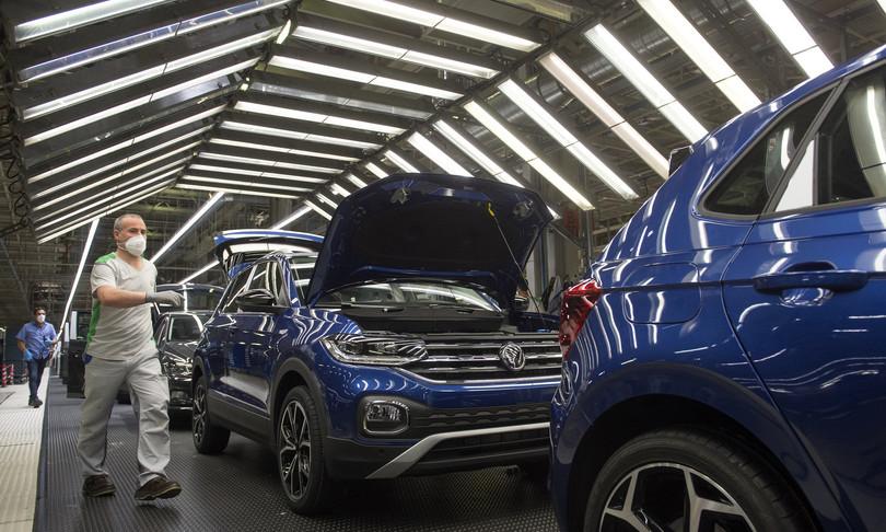 Germania per carenza chip tagliate stime vendite auto 2021